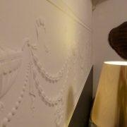 maler-wedel-hamburg-innenarbeiten-ornamente-weiss-lampe