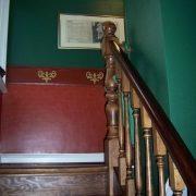 maler-wedel-hamburg-innenarbeiten-treppe-gruen-rot-ornamente