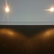 maler-wedel-hamburg-innenarbeiten-wand-struktur-braun-beleuchtet