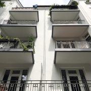 Maler-für-Wedel-und-Hamburg-Aussenarbeiten-Wohnhaus-in-Winterhude-Balkone-von-unten