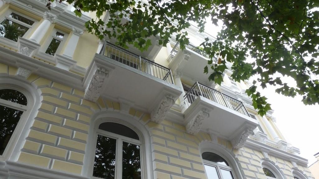 Maler Wedel Hamburg - Aussenarbeiten - Fassade Stuck gelb weiss Balkone