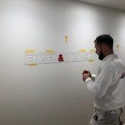 Maler-für-Wedel-und-Hamburg-Innenarbeiten-Engel-Völkers-Logo-geklebt-1